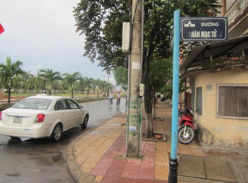 Bảng tên đường ở thành phố Đồng Hới, tỉnh Quảng Bình, cũng ghi Hàn Mạc Tử chứ không ghi Hàn Mặc Tử. Ảnh: Phanxipăng