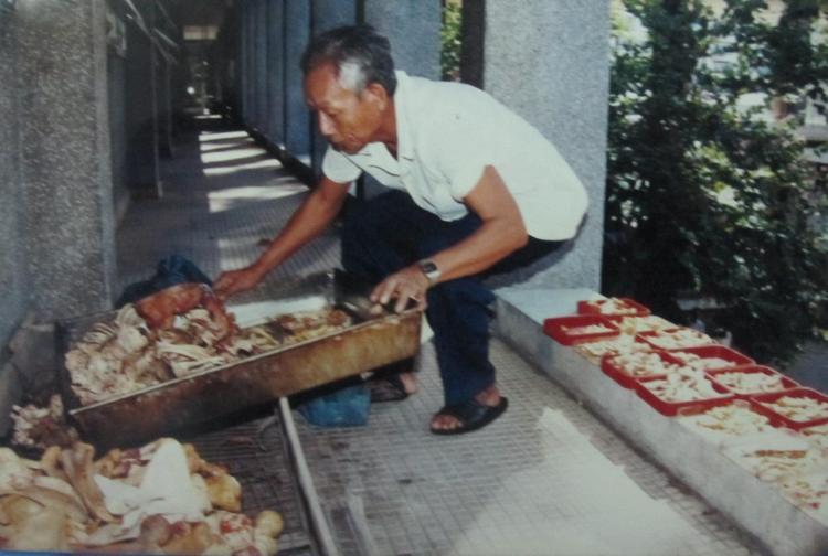 Nhân viên Trần Văn Lâu phơi xương người tại Đại học Y Dược TP.HCM. Ảnh: Phanxipăng