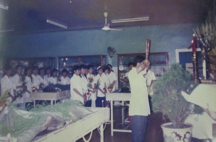 Khai hương mở đầu lễ hội macchabées ở bộ môn Giải phẫu học của Trung tâm Đào tạo bồi dưỡng cán bộ y tế TP.HCM. Ảnh: Phạm Đăng Diệu