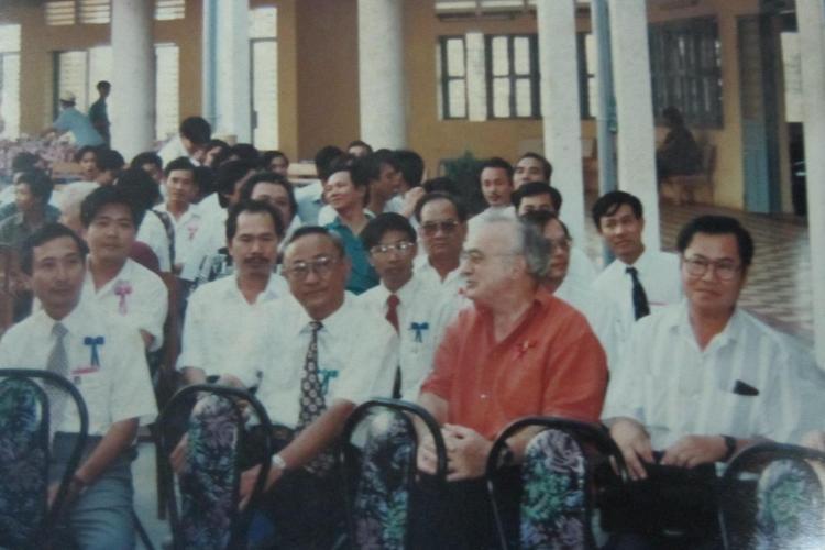 PGS.TS. Nguyễn Quang Quyền cùng các đại biểu chuẩn bị tham dự lễ hội macchabées ở khoa Y Nha Dược thuộc Đại học Cần Thơ. Ảnh: Phanxipăng