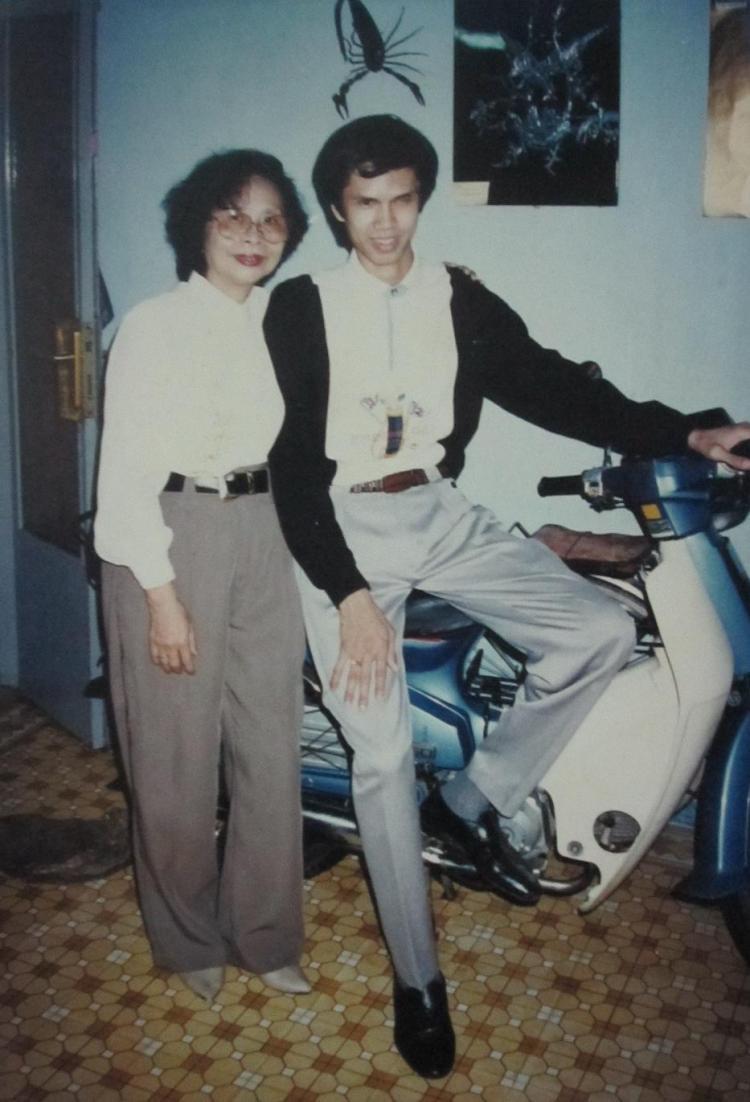 Nguyễn Đức Minh thuở sinh tiền cạnh mẹ hiền Phạm Thị Soi tại nhà riêng