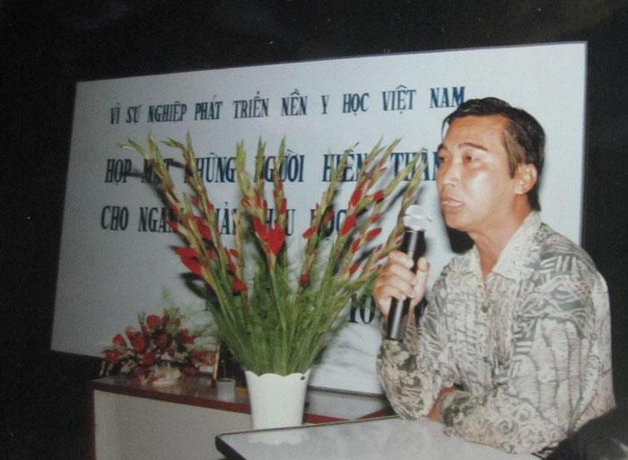 Lê Minh Mẫn - thành viên của nhóm Hiệp Thông - phát biểu tại cuộc Họp mặt những người hiến thân cho giải phẫu học tối 29-10-1996. Ảnh: Phanxipăng