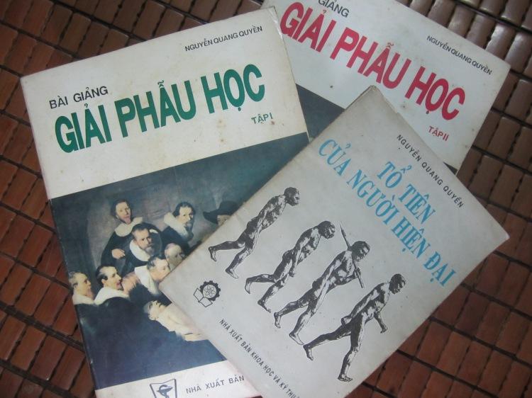 Một số sách do PGS.BS. Nguyễn Quang Quyền biên soạn. Ảnh: Phúc Đường