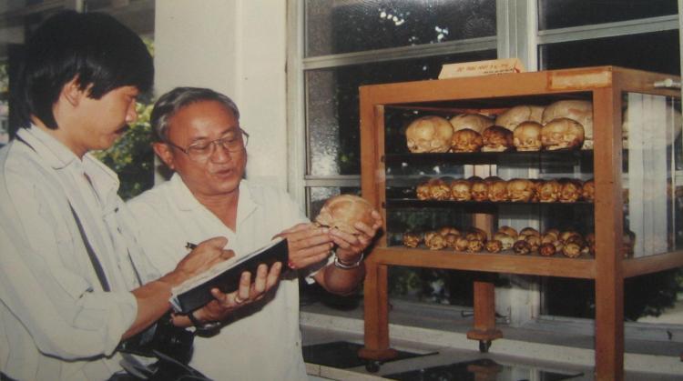 PGS. BS. Nguyễn Quang Quyền giới thiệu bộ sưu tập sọ thai nhi của PTS.BS. Trần Hùng với Phanxipăng. Ảnh: Đào Ngọc Đồng