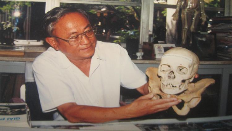 """PGS. BS. Nguyễn Quang Quyền nâng niu """"hình ảnh con người tương lai"""". Ảnh: Phanxipăng"""