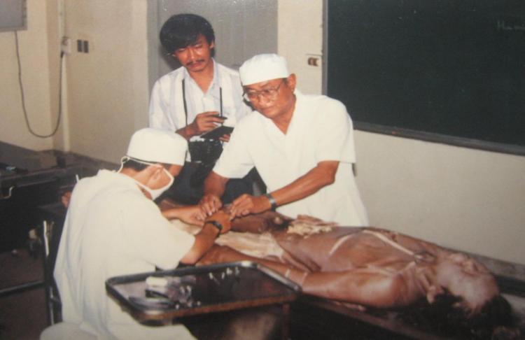 PGS.BS. Nguyễn Quang Quyền hướng dẫn nghiên cứu sinh về giải phẫu người trong phòng 101 ở Đại học Y Dược TP.HCM có Phanxipăng chứng kiến. Ảnh: Phan Bảo Khánh