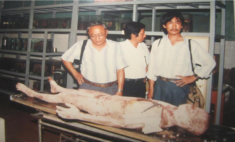 PGS.BS. Nguyễn Quang Quyền đưa Phanxipăng thăm Trung tâm Đào tạo bồi dưỡng cán bộ y tế TP.HCM. Đứng sau là PTS.BS. Phạm Đăng Diệu. Ảnh: Đào Ngọc Đồng