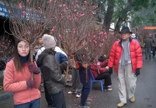 Phạm Duy dạo chợ Tết Nhâm Ngọ 2002 ở Hà Nội. Ảnh: Liêm Hoa