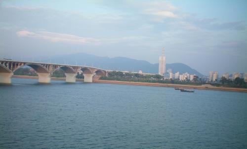 Sông Tương ngày nay, đoạn chảy qua thành phố Trường Sa, thủ phủ tỉnh Hồ Nam, Trung Hoa