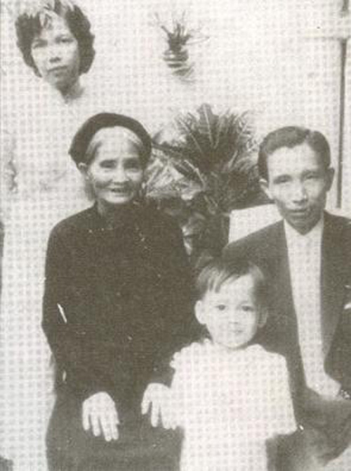 Hoàng Thị Sính cùng vợ chồng con trai Vũ Hoàng Chương – Đinh Thị Thục Oanh & cháu nội Vũ Hoàng Tuân