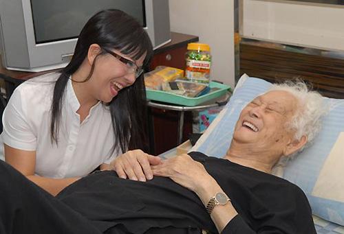 """Ánh Tuyết thăm Phạm Duy tại nhà riêng ở Sài Gòn vào """"ngày tận thế"""" 21-12-2012. Ảnh: Thanh Minh"""