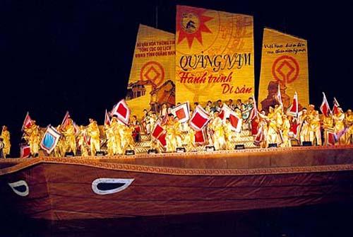 """Chương trình sân khấu hoá """"Hội An từ trong di sản"""" trên sông Hoài. Ảnh: Liêm Hoa"""