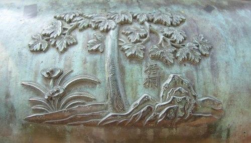 Ngô đồng được đúc đồng nổi trên Nhân đỉnh, 1 trong 9 đỉnh đồng trước gác Hiển Lâm trong Đại Nội. Ảnh: Phanxipăng