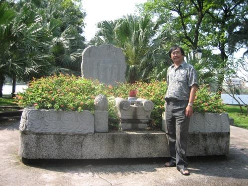 Phanxipăng viếng mộ Tú Xương bên hồ Vị Xuyên, TP Nam Định. Ảnh: Trần Nam Xuyên