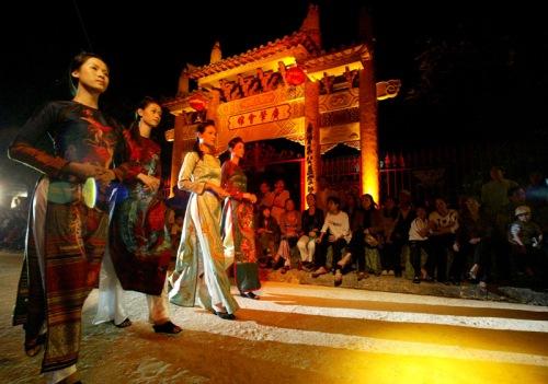 Biểu diễn thời trang trên đường phố Hội. Ảnh: Nguyễn Bạch Dương