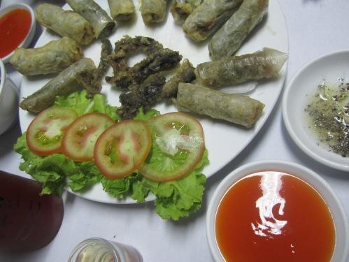 Vài món đặc sản đẻn Quảng Bình: da chiên dòn, ram, rượu tiết. Ảnh: Phanxipăng