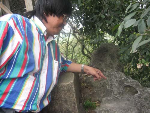 """Ghé Ninh Bình, leo lên đỉnh Non Nước, Phanxipăng trỏ dấu tích """"lưu xú vạn niên"""": vết chân Từ Đạm. Ảnh: Trần Nam Xuyên"""
