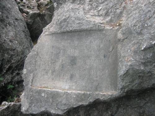 Vách đá núi Dục Thuý có khắc bài tứ tuyệt châm chọc Từ Đạm. Ảnh: Phanxipăng