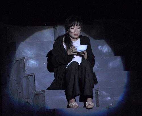 """Diễn viên Lan Phương thủ vai chính Tám Bính trong vở kịch """"Cô gái đánh cắp"""" do Doãn Hoàng Giang soạn kịch bản & đạo diễn, chuyển thể từ tiểu thuyết - phóng sự """"Bỉ vỏ"""" của Nguyên Hồng. Ảnh: Thu Thảo"""