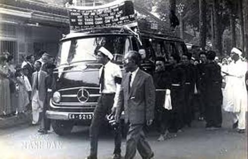 Đưa tang Nhất Linh tại Sài Gòn sáng 13-7-1963. Ảnh: Mạnh Đan