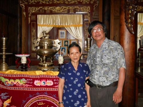 Phanxipăng và Nguyễn Thị Quyên trước bàn thờ Nhất Linh cùng gia quyến trong từ đường. Ảnh: Trần Tuấn