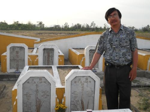 Phanxipăng bên mộ Nhất Linh Nguyễn Tường Tam và Phạm Thị Nguyên tại Hội An. Ảnh: Trần Tuấn