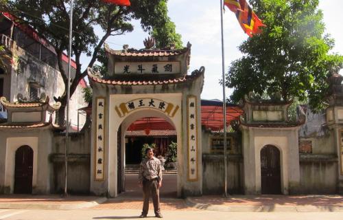 Phanxipăng trước cổng đền Trần. Ảnh: Vũ Thị Kim Xuân