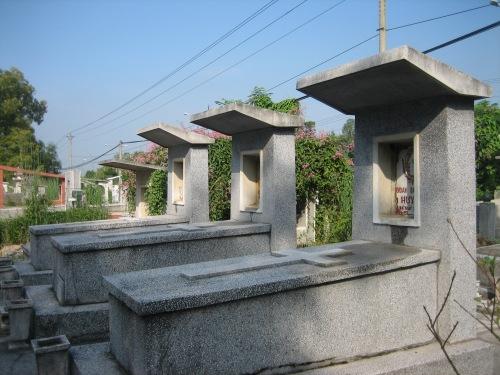 Mộ Ngô Đình Diệm, Phạm Thị Thân, Ngô Đình Nhu (phải qua trái) tại Thuận An, Bình Dương, ngày 21-10-2006. Ảnh: Phanxipăng