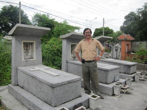 Phanxipăng thăm mộ Pham Thị Thân, Ngô Đình Diệm, Ngô Đình Nhu tại Bình Dương ngày 24-9-2011. Ảnh: Trần Ngọc Đại Dương