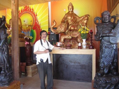 Phanxipăng trước pho tượng Bồ tát Phổ Hiền trong chánh điện chùa Thiên Sanh, còn gọi chùa Hang, tại thôn Hội Khánh, xã Mỹ Hòa, huyện Phù Mỹ, tỉnh Bình Định. Ảnh: Huệ Vàng