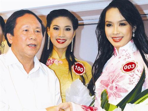 Lúc làm tổng biên tập báo Tiền Phong, nhà thơ kiêm nhà báo Dương Kỳ Anh tặng hoa cho các thí sinh dự thi hoa hậu Việt Nam