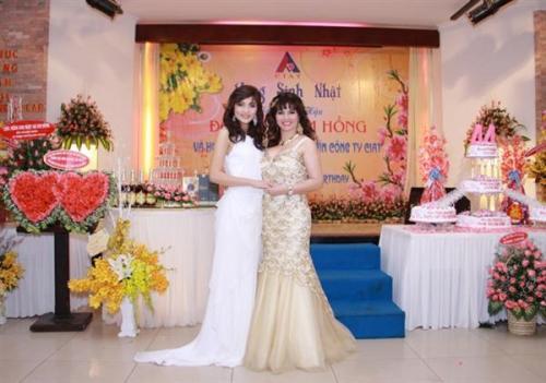 Đoàn Thị Kim Hồng – người đẹp được mến mộ trong cuộc thi Hoa hậu thế giới dành cho quý bà 2005 được tổ chức tại Ấn Độ –  với Triệu Thị Hà – hoa hậu các dân tộc Việt Nam / Miss Ethnic Vietnam 2011. Ảnh: Tuyết Phạm