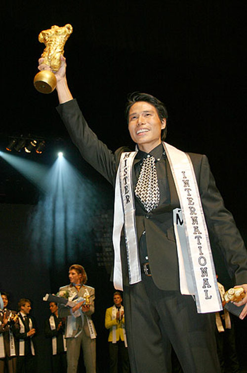 Ngô Tiến Đoàn (sinh năm 1983, giảng viên ngành cơ khí Đại học Cần Thơ, cao 1,83m, số đo 88-90-99) – giải nhất Manhunt Việt Nam 2006, hoa vương quốc tế / Mrs. International 2008