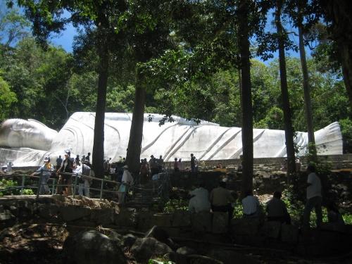 Tượng Phật Thích Ca nhập niết bàn dài 49m trên núi Tà Cú. Ảnh: Phanxipăng