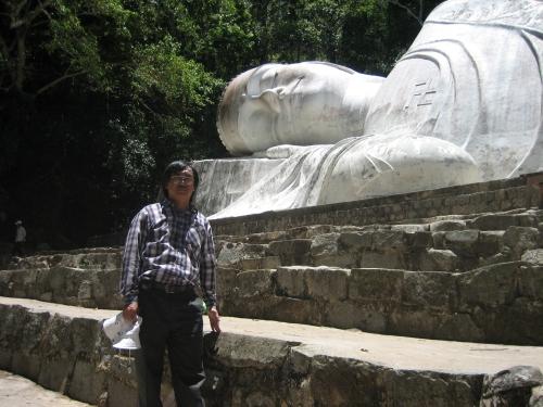Phanxipăng bên pho tượng Phật Thích Ca trên núi Tà Cú, thị trấn Thuận Nam, huyện Hàm Thuận Nam, tỉnh Bình Thuận. Ảnh: Suy Min