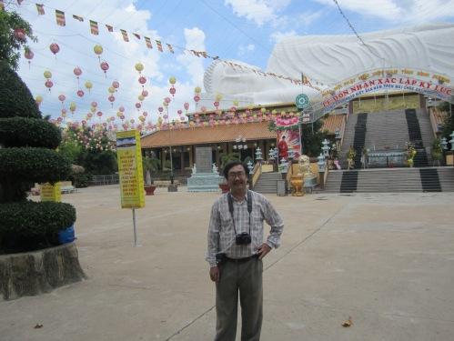 Phanxipăng bên pho tượng Phật Thích Ca tạo thành mái trường Trung cấp Phật học tỉnh Bình Duơng trong sân chùa Hội Khánh. Ảnh: Hồng Nhi