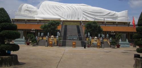 Tượng Phật Thích Ca nhập niết bàn dài 52m tại sân chùa Hội Khánh, TP Thủ Dầu Một, tỉnh Bình Dương. Ảnh: Phanxipăng