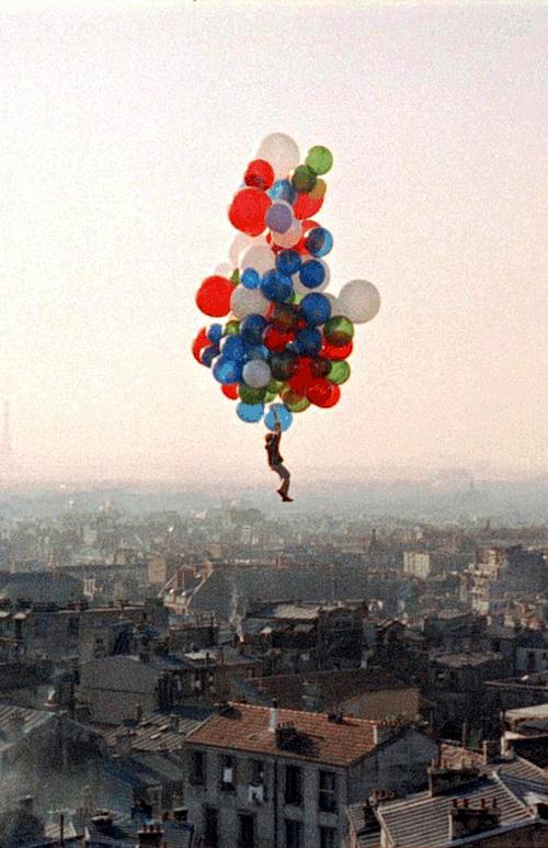 Cảnh cuối trong bộ phim Le Ballon Rouge / Quả bóng đỏ. Thủ vai Pascal bởi Pascal Lamorisse – con trai của Albert Lamorisse