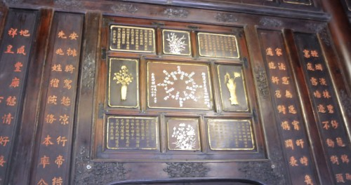Bức khảm xà cừ ở giữa là bài thơ hồi văn liên hoàn toàn chữ Hán 雨中山水 / Vũ trung sơn thuỷ / Non nước trong mưa của vua Thiệu Trị