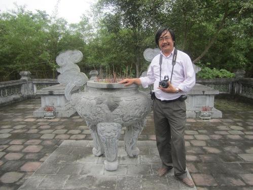Phanxipăng viếng mộ Nguyễn Công Trứ tại làng Uy Viễn, xã Xuân Giang, huyện Nghi Xuân, tỉnh Hà Tĩnh. Ảnh: Ngô Kiên