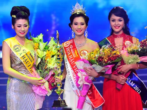 Hoa hậu Việt Nam 2012 Đặng Thu Thảo giữa á hậu 1 Dương Tú Anh & á hậu 2 Đỗ Hoàng Anh. Ảnh: Ngô Bá Lực