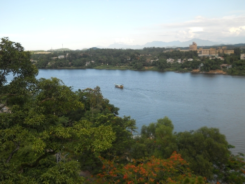 Sông Hương nhìn từ tầng cao nhất nơi bảo tháp Phước Duyên. Ảnh: Phanxipăng