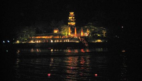 Chùa Thiên Mụ trong đêm Festival Huế 2008. Ảnh: Phanxipăng