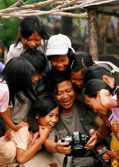 Đức Huy với trẻ em trên đường săn ảnh