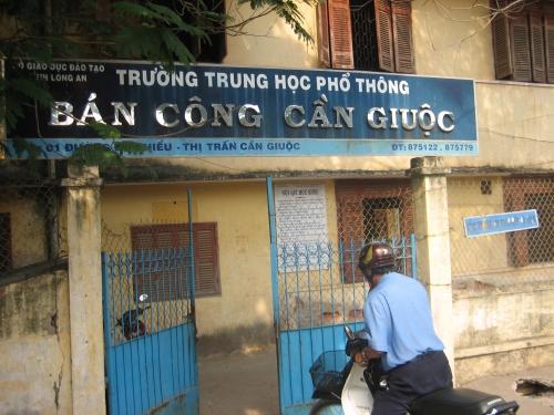 Trường THPT bán công Cần Giuộc. Ảnh: Phanxipăng