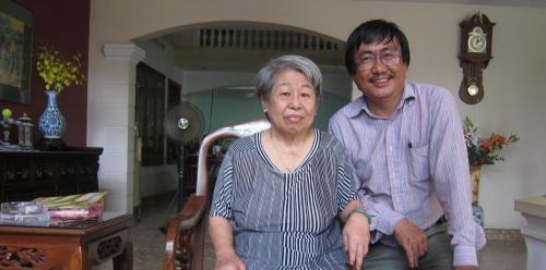 Phanxipăng thăm bác sĩ Lệ Hồng, phu nhân của GS.TSKH. Lê Văn Thiêm. Ảnh: Bảy Tiền Giang