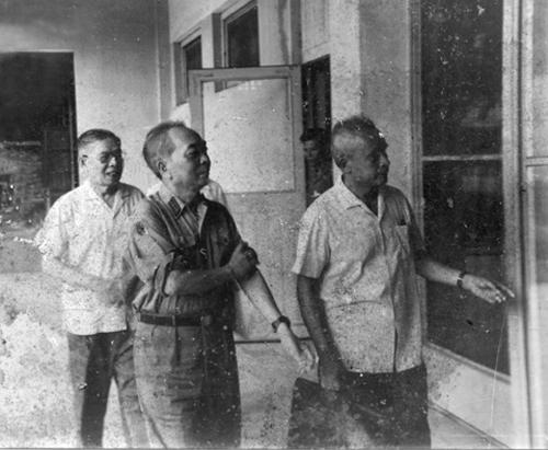 Phải sang: GS.TSKH. Lê Văn Thiêm, đại tướng Võ Nguyên Giáp, GS.VS. Trần Đại Nghĩa