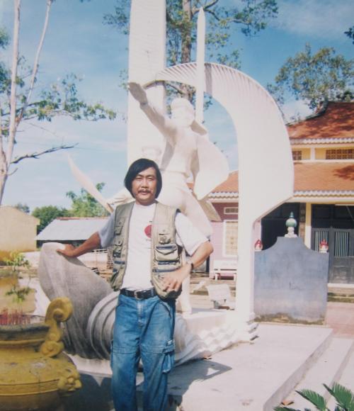 Phanxipăng viếng đền thờ Thiên hộ Dương & Đốc binh Kiều ở Gò Tháp. Ảnh: Bùi Quốc Khải