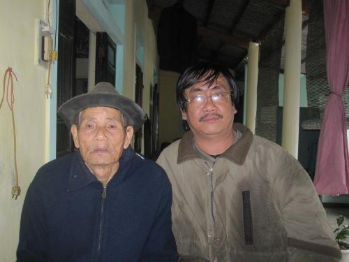 Phanxipăng thăm lão nghệ nhân Huỳnh Thế tại nhà riêng ở làng Chuồn. Ảnh: Ngô Thọ