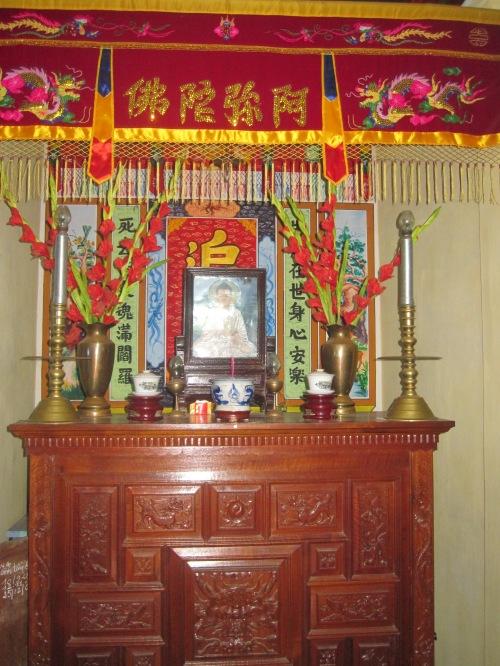 Gian thờ Phật & gia tiên hiện nay ở nhà riêng của lão nghệ nhân Huỳnh Lý. Ảnh: Phanxipăng